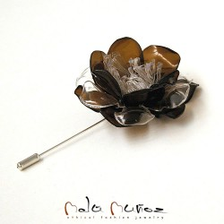 (e) Upcycled Broche